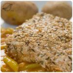Churrasco de pez espada con capa de ajonjolí y pimienta
