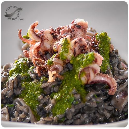 Risotto de tinta de calamar y salsa de perejil