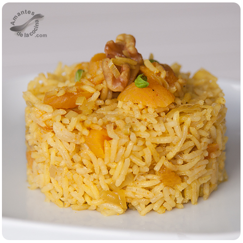 Arroz basmati al curry con orejones de melocotones y nueces