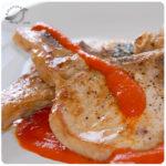 Chuletas de cerdo con salsa de pimentones asados