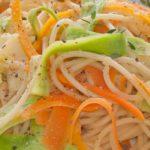 Espaguetis primavera con calabacín y zanahoria