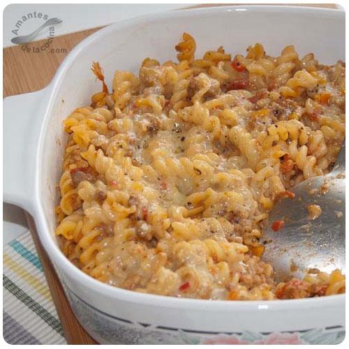 Pasta corta con carne molida al gratén