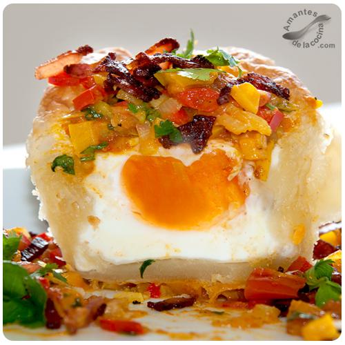 Huevo en nido de hojaldre con sofrito de pimentones de colores y tocineta