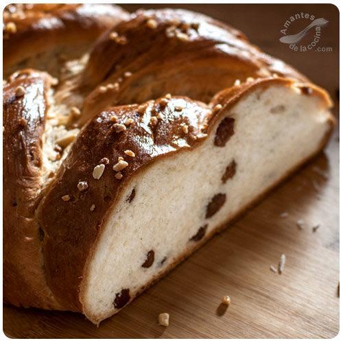 Pan dulce trenzado con pasas