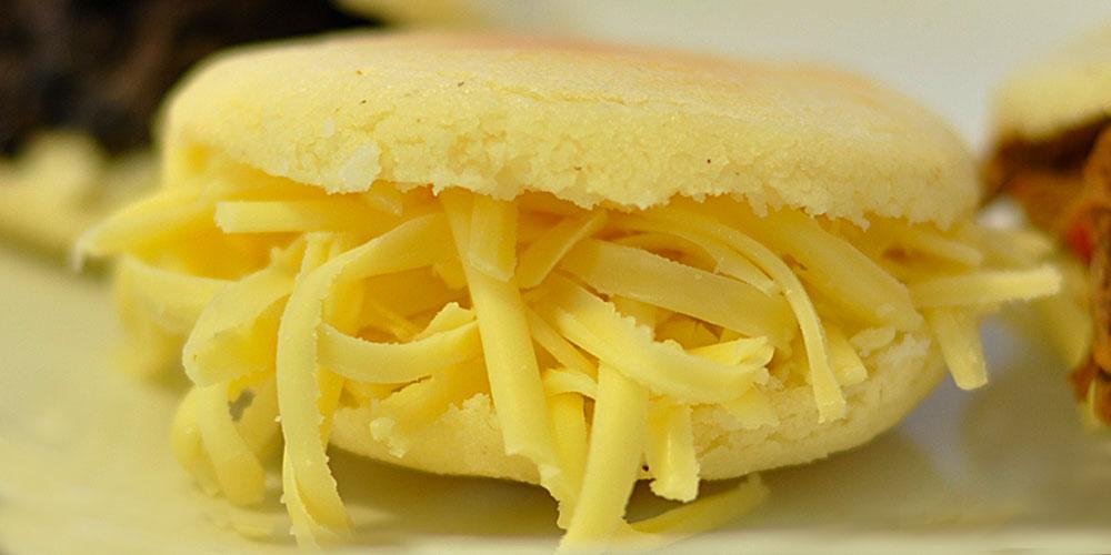 Arepa venezolana con queso amarillo