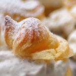 Profiteroles con nata y cerezas