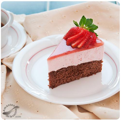 Cheesecake de fresas sobre bizcocho de chocolate