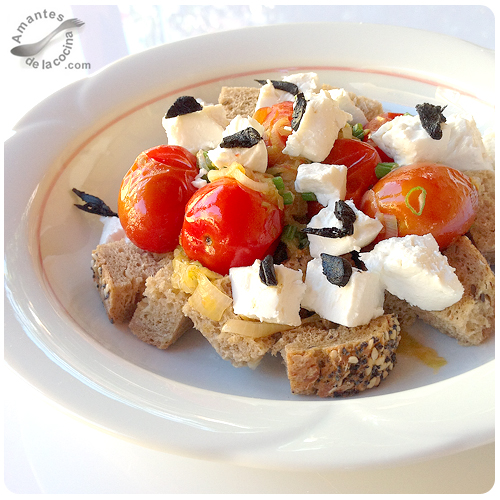 Ensalada de tomates, queso de cabra y ajo negro
