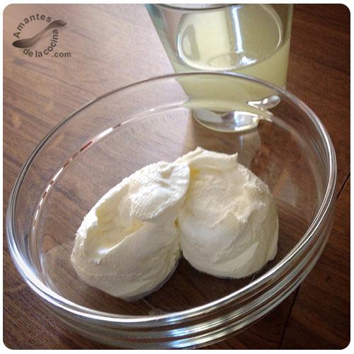 Yogurt espeso con aceite de oliva, miel y nueces