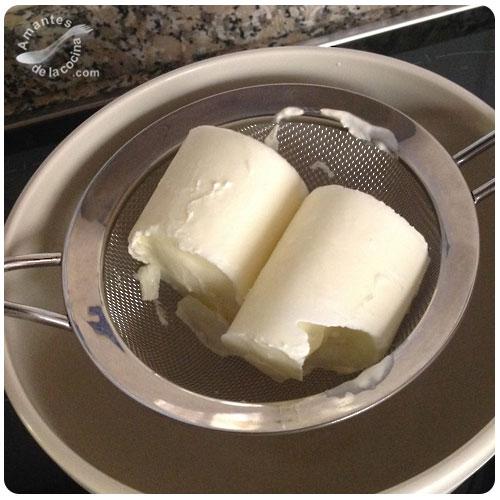 Yogurt espeso con aceite de oliva, miel y nueces - Colar