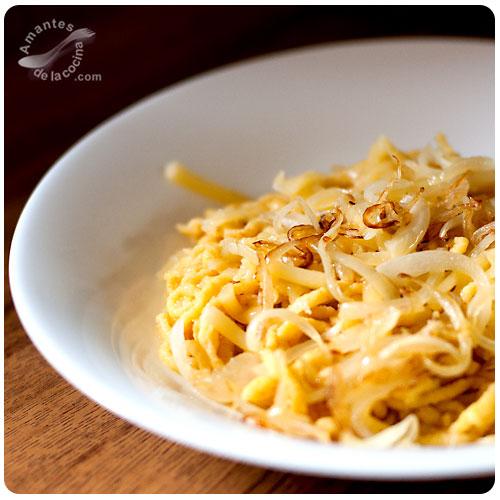 Spätzle con queso y cebolla caramelizada o Käsespätzle